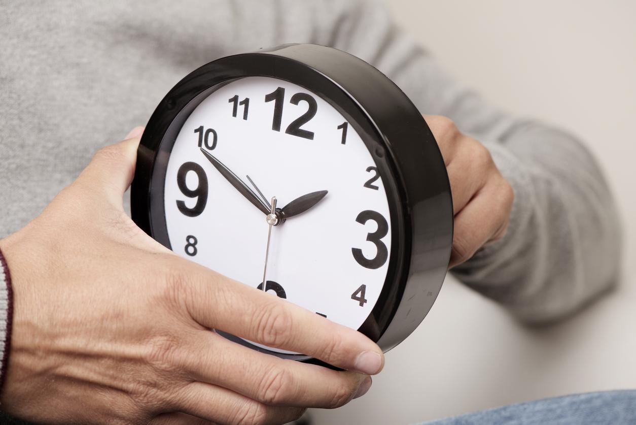 С приходом холодов россияне возвращаются к вопросу обязательного перевода часов.