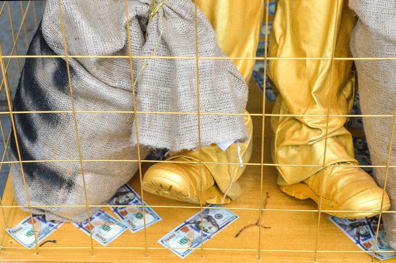 ВКиеве появился золотой «памятник» коррупционерам