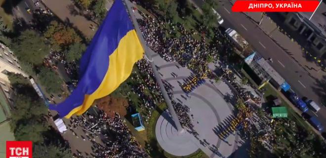 Над Днепром подняли самый большой флаг в Украине - Фото