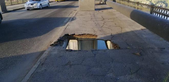 В Запорожье маршрутка провалилась в сквозную дыру на мосту: фото - Фото