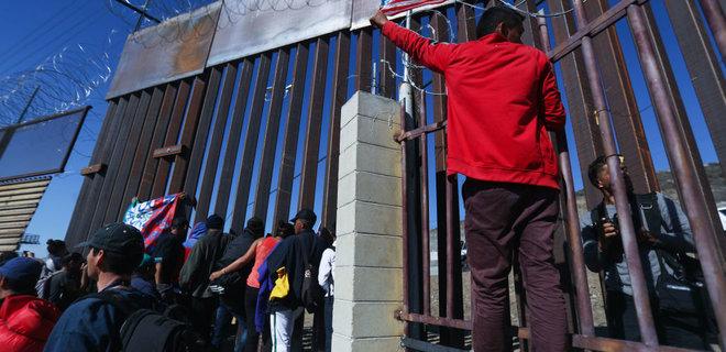 Сотни беженцев штурмовали границу Мексики и США: видео - Фото