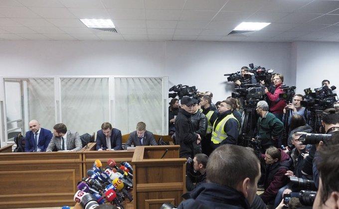 """Под судом неизвестные требуют """"убрать руки от Мангера"""": фото"""