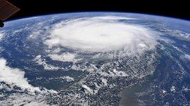 """Самолет влетел в """"глаз"""" мощнейшего урагана Дориан: видео оттуда"""
