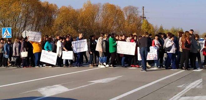Перекрывали трассу. Учителя требовали выплат зарплат — видео — Фото
