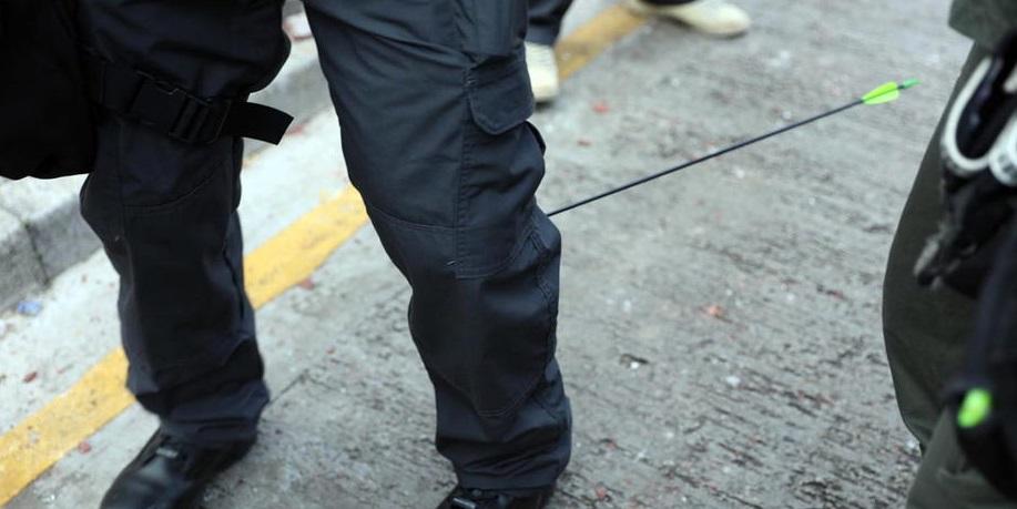 Штурм университета в Гонконге: офицера подстрелили из лука - фото