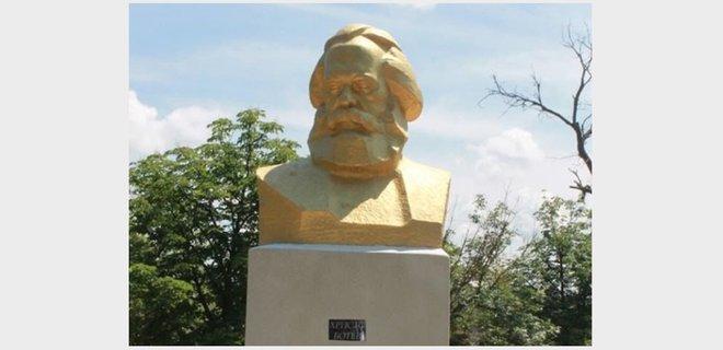 Сюр. Под Одессой переименовали бюст Маркса, чтобы не сносить - Фото