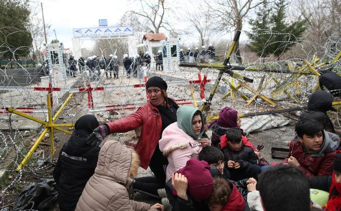 Тысячи беженцев пытаются прорвать границу с Грецией - фото