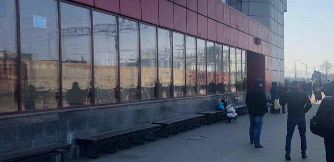 В Фастове люди блокировали железную дорогу, требуя пустить электричку: фото