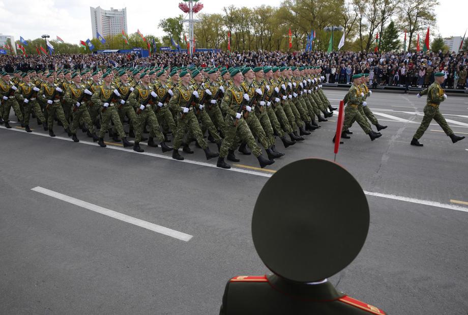 На парад в Минске 9 мая собрались тысячи людей, невзирая на ...