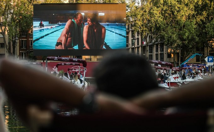 В Париже открыли первый кинотеатр на воде: фоторепортаж