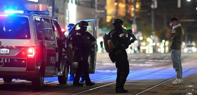 Теракт в Вене: два человека погибли, 14 ранены. Полиция ведет поиск одного из нападавших - Фото