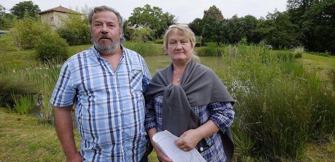 Мишель и Анни Пешра возле пруда (фото - Loth Arnaud)