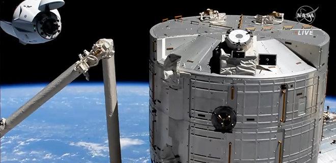 Пилотируемый корабль SpaceX Crew Dragon успешно состыковался с МКС – видео - Фото