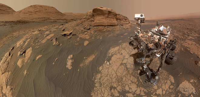 Марсоход Curiosity с ветхими колесами лезет на скалу в кратере Гейл - фото с орбиты - Фото