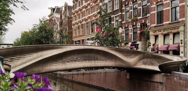 В Амстердаме открыли первый в мире стальной мост, напечатанный на 3D-принтере: видео, фото - Фото